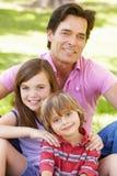 Padre con con los niños al aire libre Imagen de archivo
