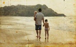 Padre con due bambini fotografie stock libere da diritti