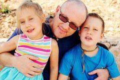 Padre con due bambini all'aperto Immagine Stock