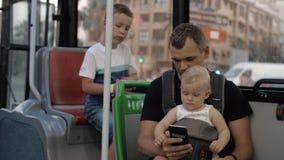 Padre con due bambini che viaggiano in bus stock footage