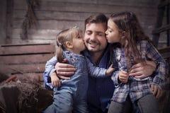 Padre con due piccole figlie Immagine Stock