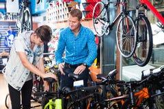 Padre con el adolescente que intenta la nueva bicicleta Imagen de archivo