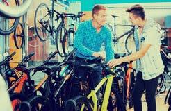 Padre con el adolescente que intenta la nueva bicicleta Foto de archivo