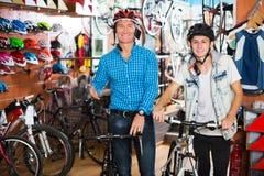 Padre con el adolescente que intenta la nueva bicicleta Fotos de archivo libres de regalías