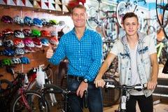 Padre con el adolescente que intenta la nueva bicicleta Fotos de archivo