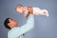 Padre con el bebé imagen de archivo libre de regalías