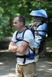 Padre con el bebé en portador Imagen de archivo