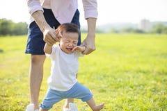 padre con el bebé gritador en el parque fotos de archivo