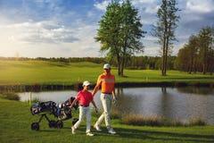 Padre con el hijo en el campo del golf Foto de archivo libre de regalías