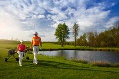 Padre con el hijo en el campo del golf Imágenes de archivo libres de regalías