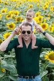 Padre con el hijo en hombros Fotos de archivo