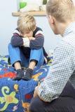 Padre con el hijo ofendido Imágenes de archivo libres de regalías