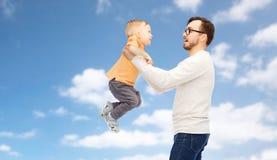 Padre con el hijo que juega y que se divierte imágenes de archivo libres de regalías