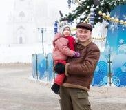 Padre con el niño en tiempo de la Navidad Imagen de archivo