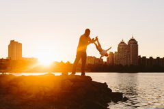 Padre con el pequeño niño en la puesta del sol Imagen de archivo