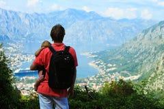 Padre con el pequeño viaje de la hija que camina en montañas Imagen de archivo