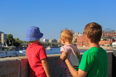 Padre con i bambini che esaminano la città di estate Immagini Stock