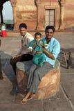 Padre con i suoi resti dei bambini sopra Fotografie Stock Libere da Diritti