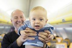 Padre con i suoi sei mesi del neonato nell'aeroplano immagine stock