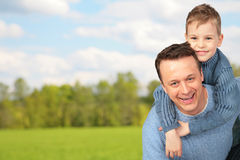 Padre con il bambino esterno Fotografia Stock Libera da Diritti
