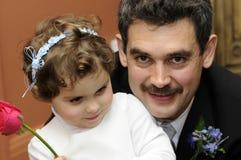 Padre con il bambino in giovane età ad una cerimonia nuziale immagine stock libera da diritti