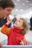 Padre con il bambino in negozio Fotografia Stock