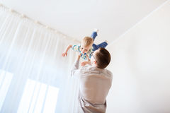 Padre con il figlio che gioca e che si diverte a casa Immagini Stock Libere da Diritti