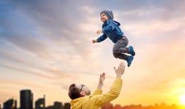 Padre con il figlio che gioca e che si diverte all'aperto Fotografie Stock Libere da Diritti