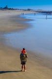 Padre con il figlio sulla spiaggia Fotografia Stock Libera da Diritti