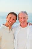Padre con il suo figlio alla spiaggia fotografie stock libere da diritti
