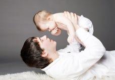 padre con il suo neonato. Fotografie Stock