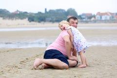 Padre con la figlia divertendosi sulla spiaggia Fotografia Stock Libera da Diritti