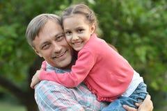 Padre con la figlia nel parco di estate Fotografia Stock