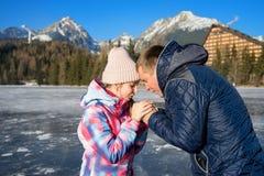 Padre con la hija que disfruta de vacaciones del invierno Fotografía de archivo