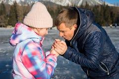 Padre con la hija que disfruta de vacaciones del invierno Imagen de archivo libre de regalías
