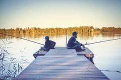 Padre con la pesca del hijo imagenes de archivo