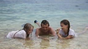Padre con las hijas en el mar tropical almacen de video