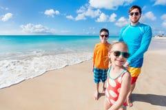 Padre con los cabritos en la playa fotografía de archivo libre de regalías