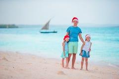 Padre con los niños el vacaciones de la Navidad Días de fiesta de la familia de la Navidad en la playa Imágenes de archivo libres de regalías