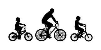 Padre con los niños que conducen la silueta del vector de la bici stock de ilustración
