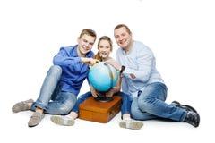Padre con los niños que miran el globo de la tierra Imagen de archivo libre de regalías