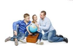 Padre con los niños que miran el globo de la tierra Imagen de archivo