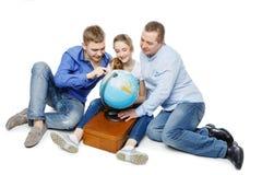 Padre con los niños que miran el globo de la tierra Fotos de archivo libres de regalías