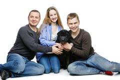 Padre con los niños que se sientan con el perro Fotografía de archivo
