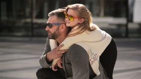 Padre con su hija linda que se divierte al aire libre Humor del día de padres almacen de video