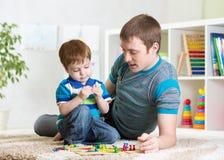 Padre con su juego de la muchacha del niño junto Imágenes de archivo libres de regalías