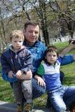 Padre con sus hijos Fotos de archivo