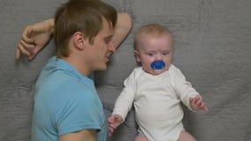Padre con un bebé almacen de video