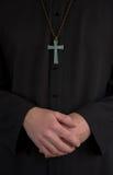 Padre, crucifix e mãos Foto de Stock Royalty Free