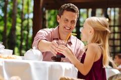 Padre dagli occhi verdi che ritiene adorabile spendendo tempo con la figlia Fotografia Stock
